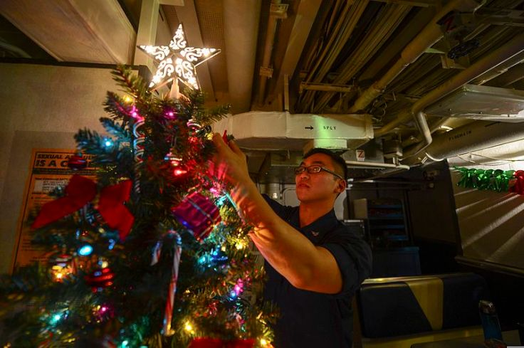 u-s-_navy_culinary_specialist_3rd_class_haidavid_tran_decorates_a_christmas_tree_on_the_mess_decks_aboard_the_guided_missile_cruiser_uss_monterey_cg_61_dec-_15_2013_in_the_mediterranean_sea_131215